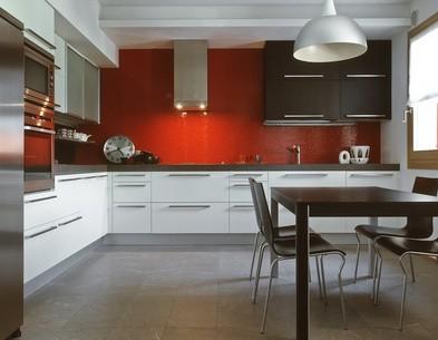 Obklady do kuchyně mohou být vyrobeny také ze skla.