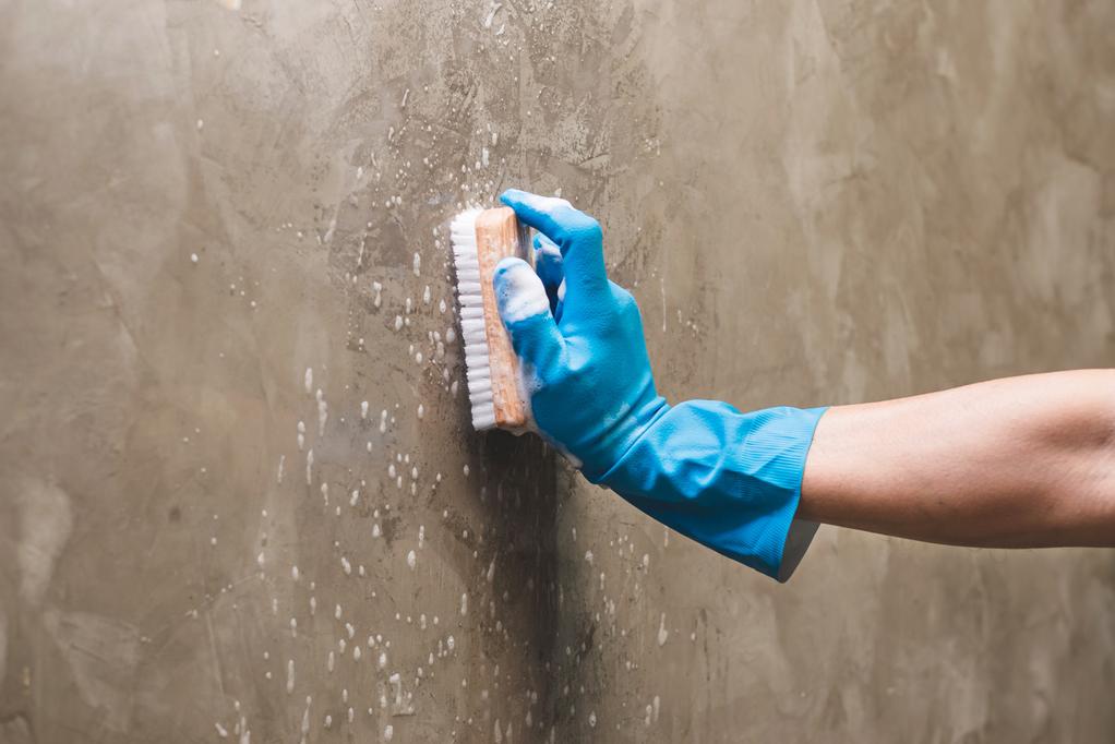 Betonovou stěrku snadno vyčistíte houbičkou a vodou nebo čisticím přípravkem