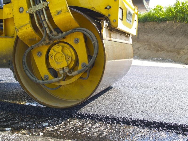 Chcete si dodaný asfalt upravit sami? Budete potřebovat válec