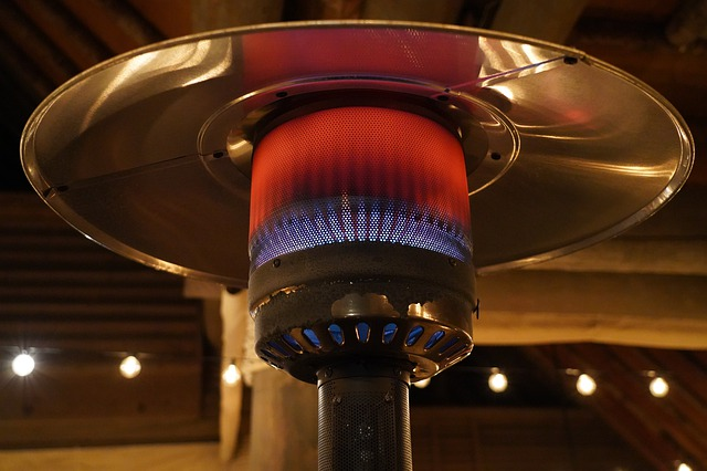 Plynový ohřívač vypadá kouzelně ve dne i v noci