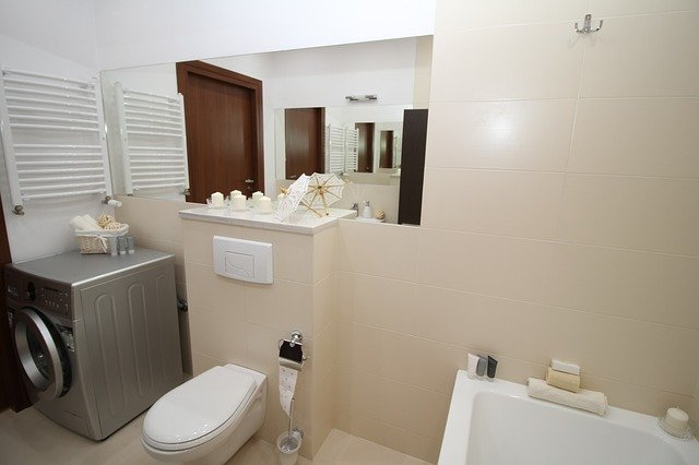 Do malé koupelny je nízký typ topného žebříku dostačující