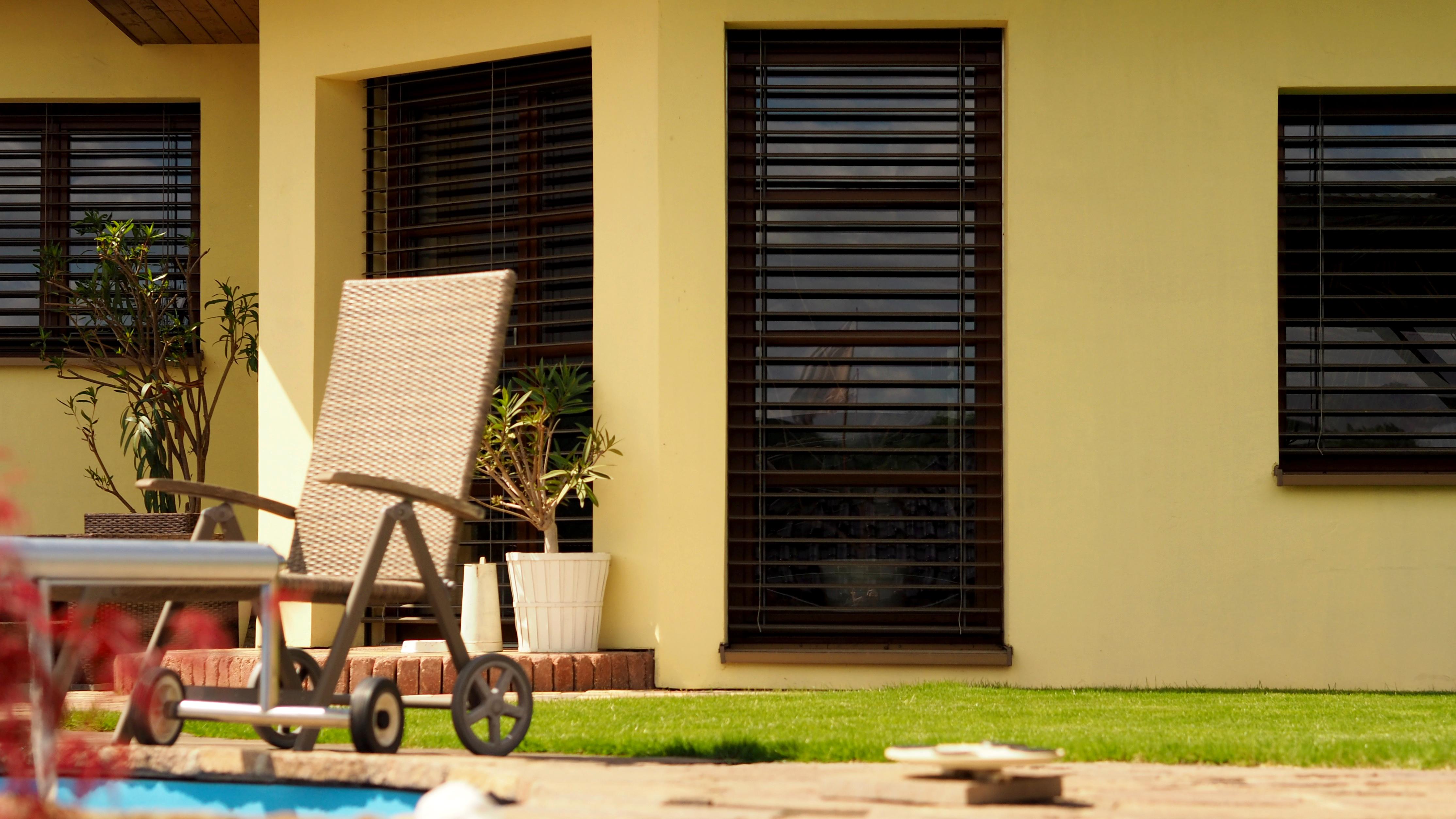 Venkovní žaluzie umoňují pasivní chlazení interiéru.