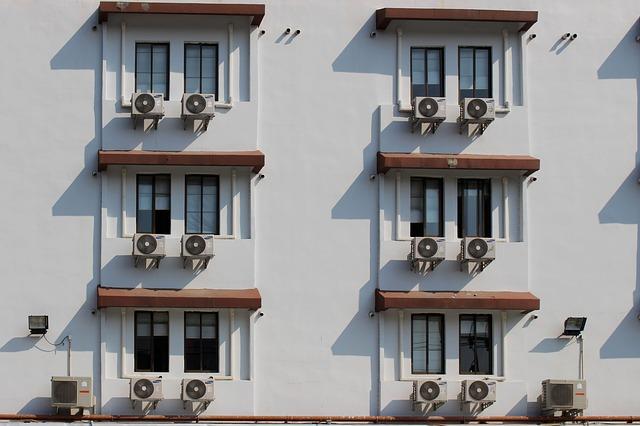 Klasická Split klimatizace - velký počet venkovních jednotek negativně ovlivňuje vzhled budovy