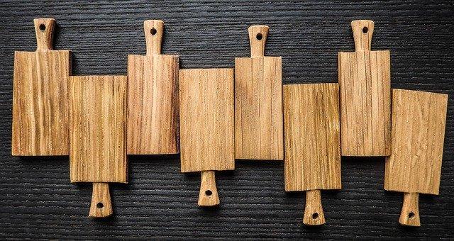 Dřevěná prkénka do kuchyně jsou praktická a hezká na pohled