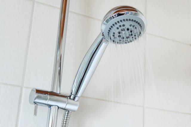 Síť osprchujte přiměřeně silným proudem vlažné vody