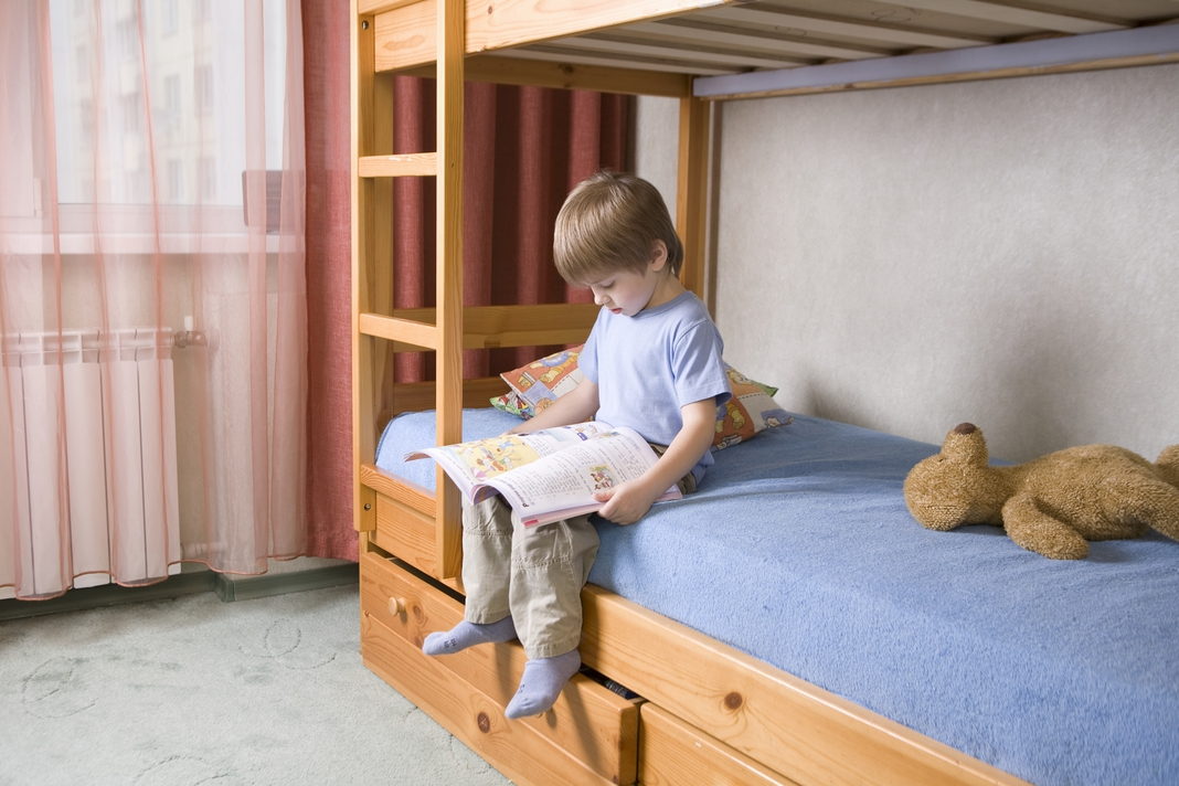 Mezi lůžky musí být prostor, aby se dítě mohlo posadit