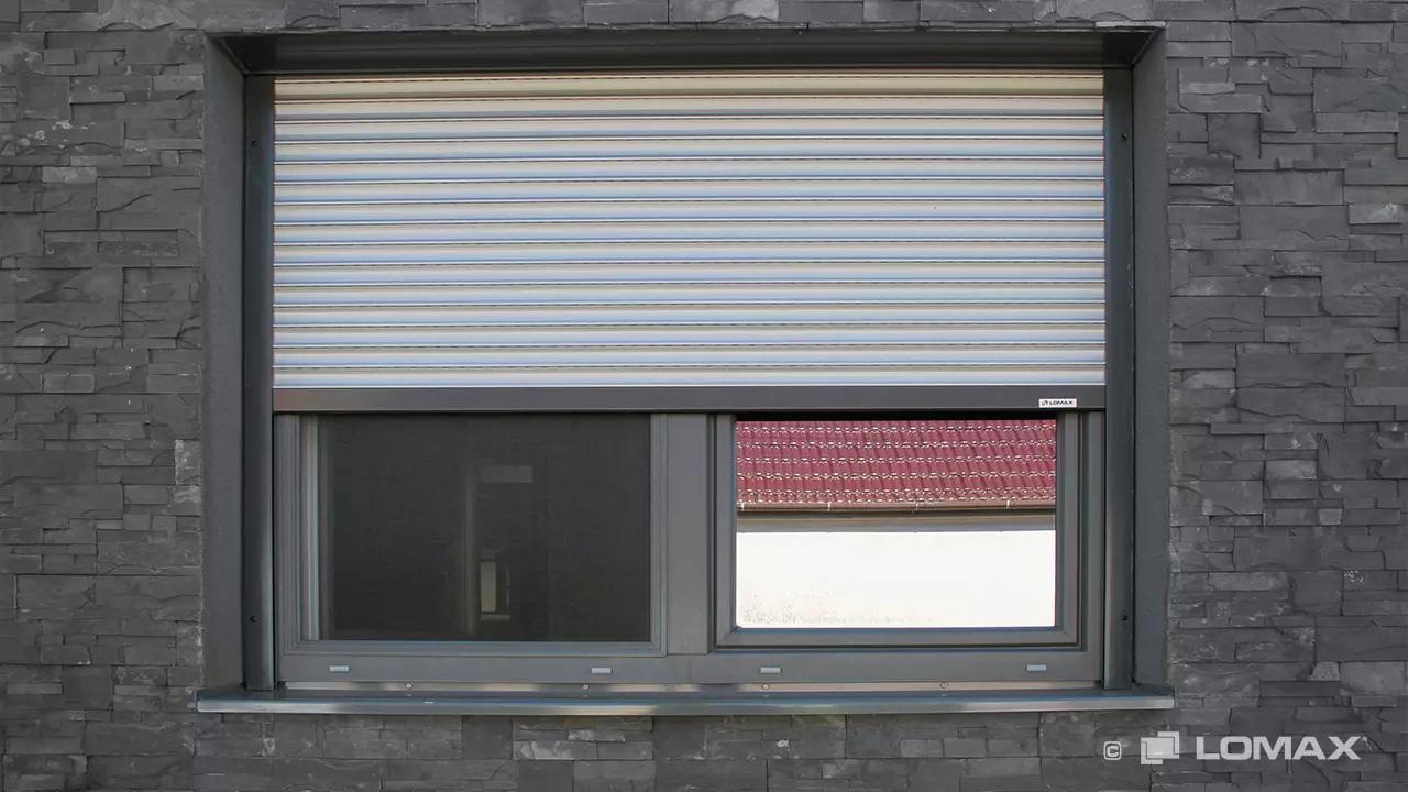 Venkovní rolety snižují teplotu v interiéru až o 10°C a umožňují úsporu nákladů za provoz klimatizace. / Foto: LOMAX