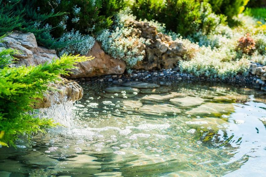 Vodopády v zahradním jezírku spouštějte přes noc.