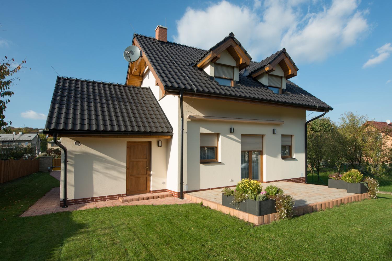 Chytře ovládáné venkovní stínění pomůže se zabezpečením domu při dovolené.