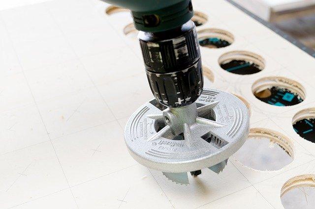 Vykružovací korunky využijete i při tvorbě otvorů do dřeva. Na keramické obklady ale budete potřebovat speciální diamantovou korunku
