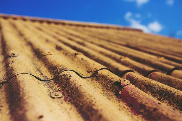 Karcinogenní azbest se v minulosti používal jako pojivo v eternitu, oblíbeném typu střešní krytiny