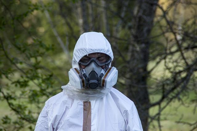 Práce s azbestovými materiály se neobejde bez použití ochranného oděvu