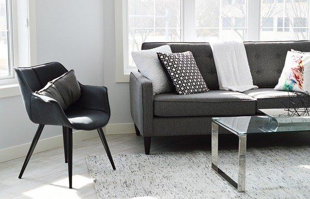 Tmavý nábytek se hodí jen do prostorů, které jsou dostatečně velké, nebo kde dominují bílé stěny či jiné světlé barvy