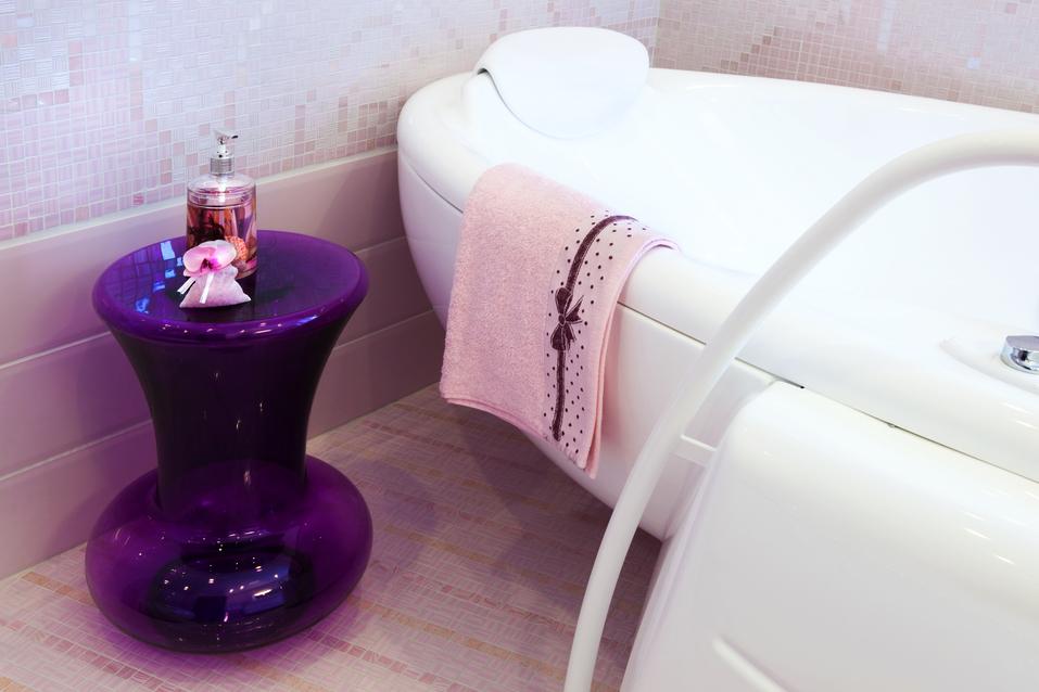 Stolík v levandulovém odstínu ozvláštní koupelnu