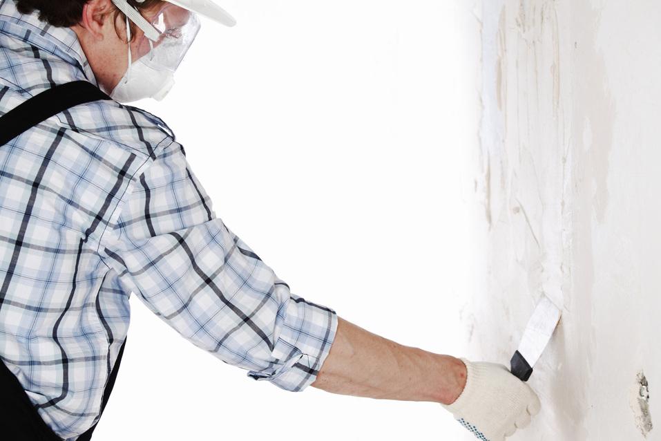 Zapravte stěnu pomocí štukové omítky, která je svou strukturou co nejpodobnější té původní